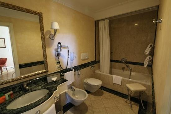 NH Firenze Anglo American : good size bath
