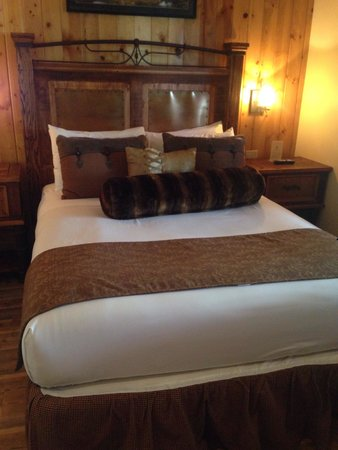 Cedar Glen Lodge: One of the bedrooms in cabin #14