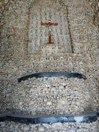 Capela dos Ossos : Chapelle, mur du fond.
