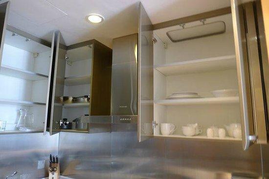Ascott Raffles City Beijing: キッチンに配備されている鍋、フライパン類と食器類