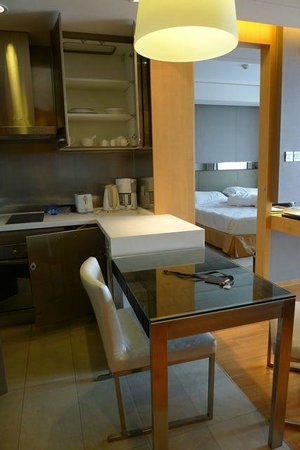 Ascott Raffles City Beijing: キッチン横のダイニングテーブルと椅子、奥はベッドルーム
