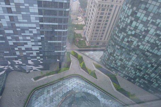 Ascott Raffles City Beijing: 25階の部屋の窓から(下を眺めた)レジデンス棟とオフィス棟、屋内プール(下、中央、部分)