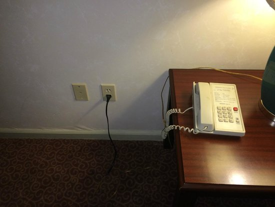 Yosemite View Lodge: Telephone in room had no cord - problem because there's no cell signal.