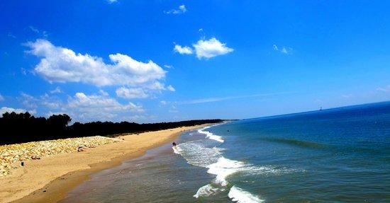 Club Med La Palmyre Atlantique : vue de la plage depuis le portillon de sortie du club