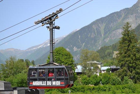 Hôtel l'Héliopic : Passing cable car