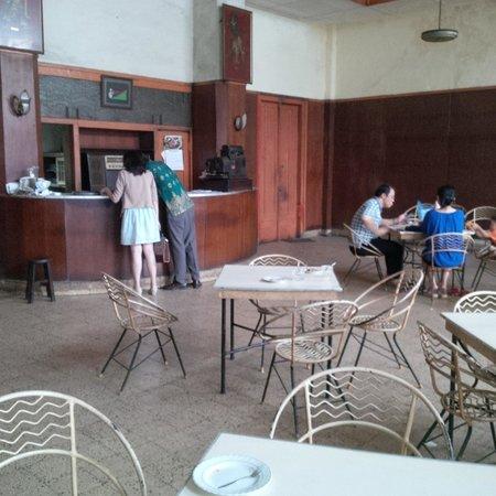 Sumber Hidangan: Ruang restoran yang luas, tapi tampak kosong