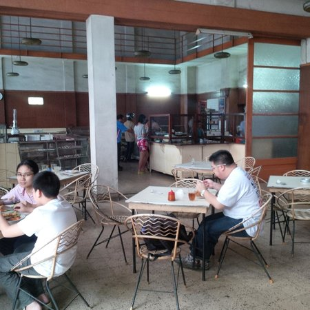 Sumber Hidangan: Ruang restoran yang bersebelahan dengan toko kue