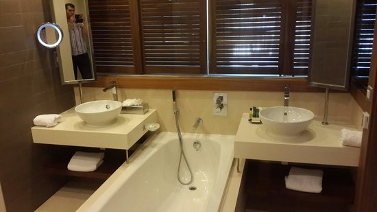 Hilton Malta: The bathroom