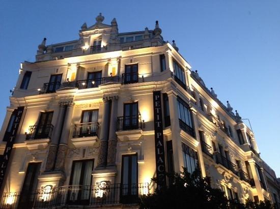 Petit Palace Canalejas Sevilla : hotel at night
