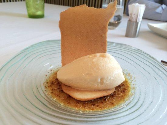 Il Viaggio : Creme brûlée with vanilla I've cream and biscuit.