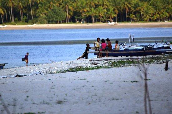 Hotel Tugu Lombok : Local children playing