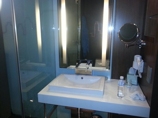 Galleria 10 Hotel Bangkok by Compass Hospitality: Bathroom