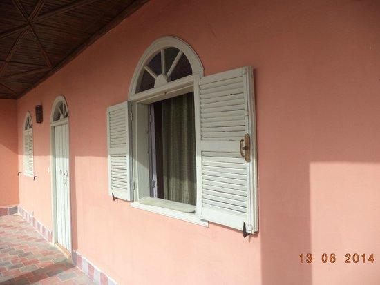 Riad Douar Des Oliviers : fenetre de notre chambre donnant sur la terrasse