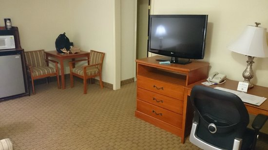 Best Western Plus Holiday Sands Inn & Suites: Living room part of the suite