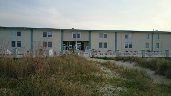 Best Western Plus Holiday Sands Inn & Suites: Back end of the Hotel facing the beach