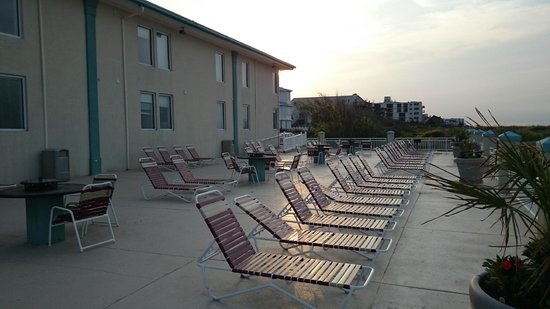 Best Western Plus Holiday Sands Inn & Suites: Back of Hotel facing the beach... Sunbathing Area I guess