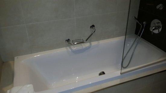 Radisson Blu Resort, Malta St Julian's: Shower tab
