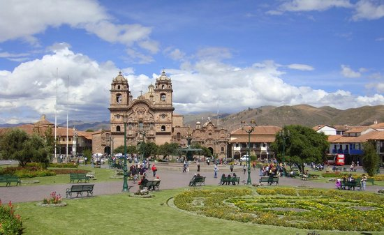 Plaza de Armas Cusco Hotel: View of Plaza & church with beautiful blue sky, the hotel is located behind large tree on the ri
