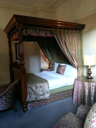 Ariel House: Four poster room