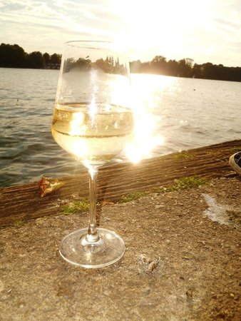 Maschsee: Have a glass of wine by the water