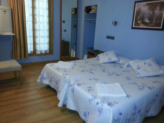 Irune Lodging & Guesthouse: habitacion con 2 camas individuales,baño y a.a.