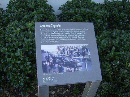 Dealey Plaza National Historic Landmark District : Where Zapruder stood