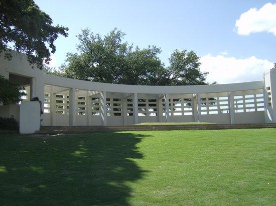 Dealey Plaza National Historic Landmark District : Grassy Knoll