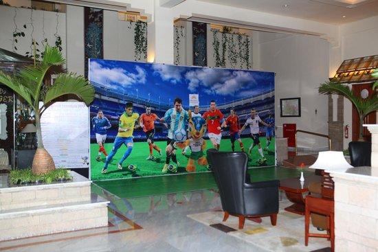 Prama Grand Preanger: Lobby hotel dihiasi piala dunia