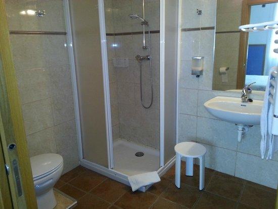 Irune Lodging & Guesthouse : baño grande en hab con posibilidad de cama supletoria