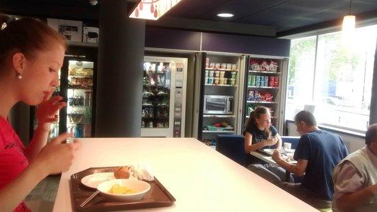 Hotel ibis budget Birmingham Centre: Vending and seating