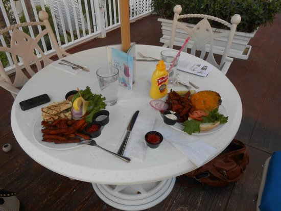 DoubleTree by Hilton Hotel Grand Key Resort - Key West: Lunch pool side with catch of the day! Wonderful!