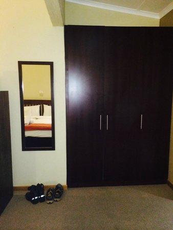 Hotel Numbi & Garden Suites: cupboard