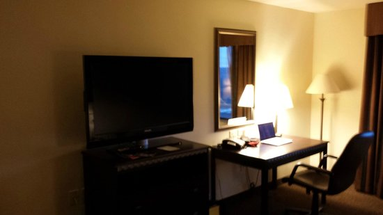 Holiday Inn Express Hotel & Suites Pueblo North: TV/DESK