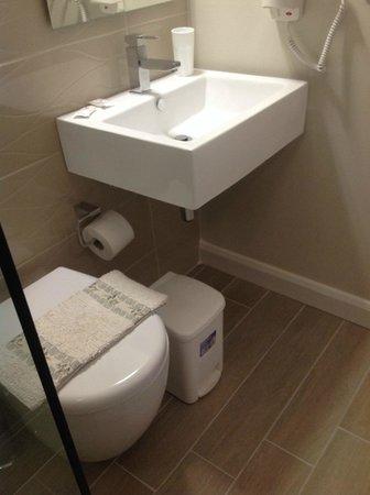 "Olive Grove Estate ""Eleas Gi"": shower room"
