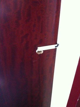 NH Carlton Amsterdam: So häßlich sieht's im Zimmer aus, wenn Kabel verlegt werden...