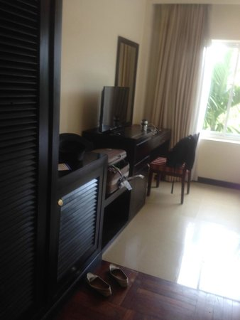 Angkor Riviera Hotel: desk and tv area