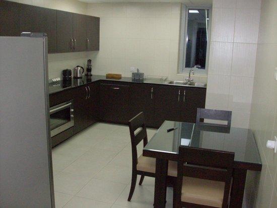 Dubai Marina Apartments: Кухня