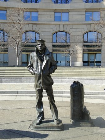United States Navy Memorial and Naval Heritage Center: Lone Sailor
