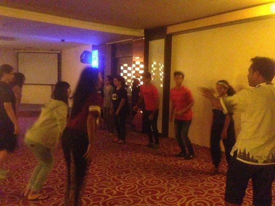 Angkor Riviera Hotel: Students playing games at lounge area