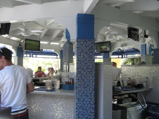 Coral Crab Cafe: Serving area poolside