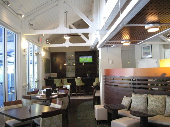 Coral Crab Cafe: Indoor seating and bar