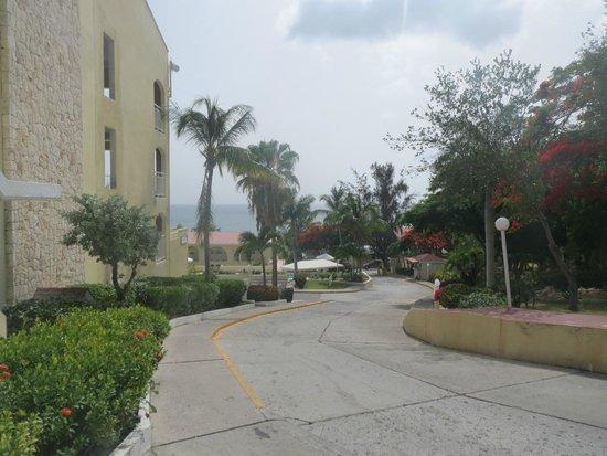 Simpson Bay Resort & Marina: Walking to the beach