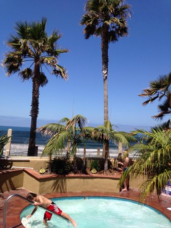 Pacific Terrace Hotel: View from the hot tub!