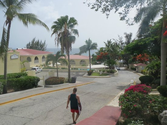 Simpson Bay Resort & Marina: walking to the shop