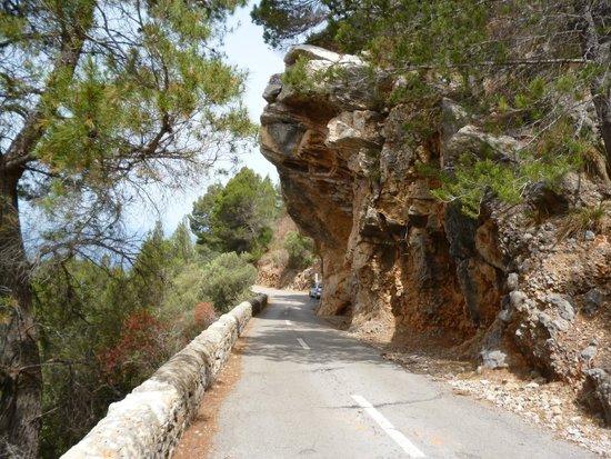 Es Port: Overhanging rocks on way down to Port de Valldemossa