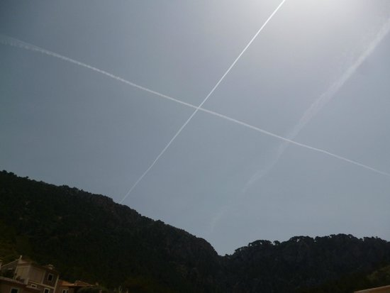 Es Port: Interesting aeroplane trails in the sky above Restaurant