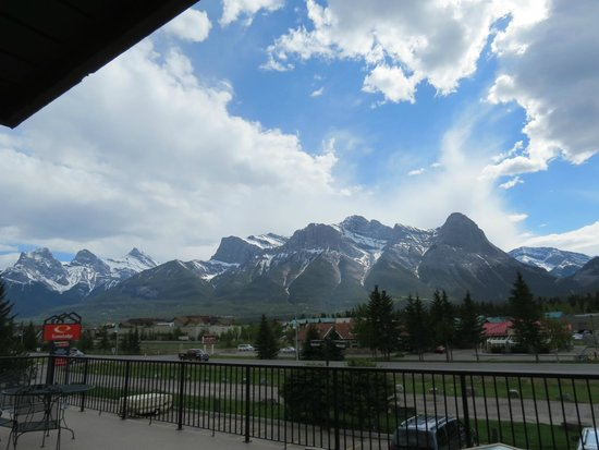 Days Inn Canmore: The view from our room.