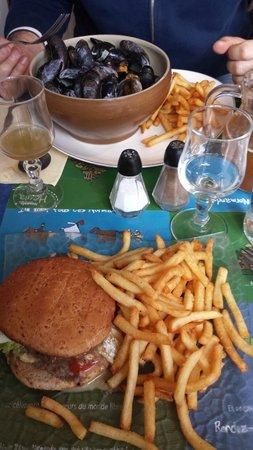 Brasserie la marine: Hamburger della casa - Cozze e patatine
