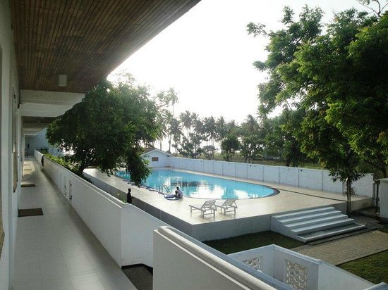 Pigeon Island View Beach Guest House : Huge pool within the reach of rooms :)