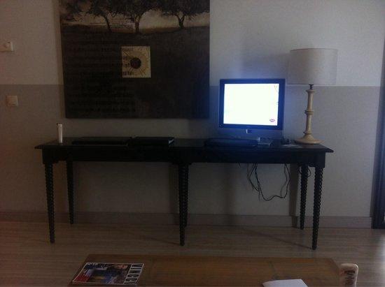 """Hotel Vincci Costa Golf : Increíblemente en este hotel opinan que una suite merece un televisor de 12"""" para el salón, sile"""